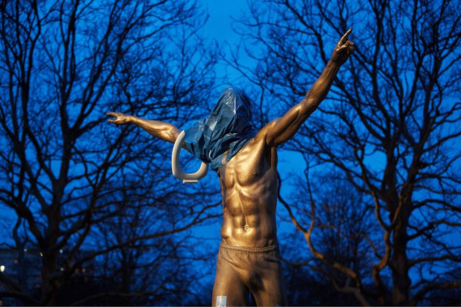 Die Ibrahimovic-Statue trägt jetzt Klobrille.