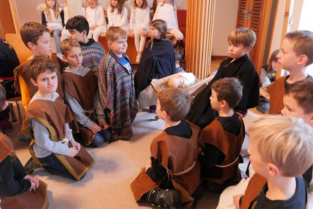 Die jungen Eltern Maria und Josef und ihr Kind Jesus in der Krippe bekommen viel Besuch.
