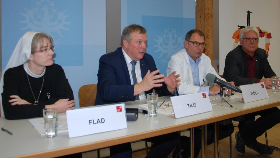 Sr.Barbara Flad, LR Bernhard Tilg, Primar Ewald Wöll sowie Verbandsobmann BM Siggi Geiger (v.l.) erläuterten am Donnerstag die mobile Palliativbetreuung in den Bezirken Landeck und Imst.