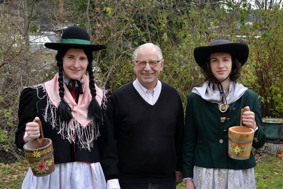 """Nach 120 Jahren sind die """"Tschapfler"""" wieder Teil der Fasnacht: im Bild David Holzedl und Kaspar Fischer mit Hans Sterzinger (M.)."""