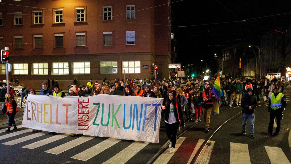 """Unter dem Motto """"Lichtermeer fürs Klima – Die Zeit (b)rennt!"""" zogen laut Veranstalter um die 2000 Menschen mit Laternen und Kerzen durch die Innenstadt."""