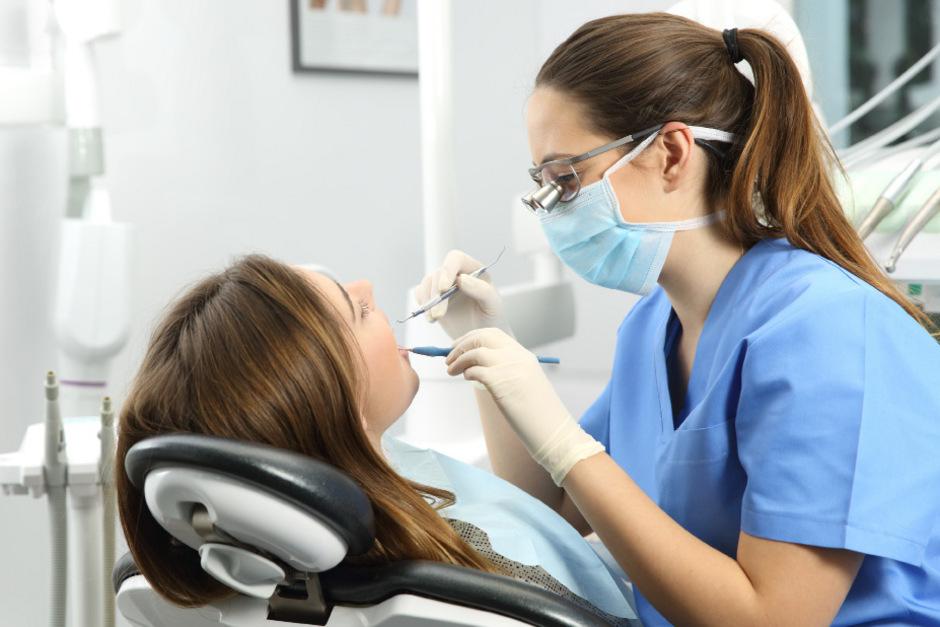 20 Prozent der Kassenstellen in Tirol sind frei. Die Zahnärztekammer fordert mehr finanzielle Unterstützung für junge Zahnärzte, die sich am Land niederlassen.