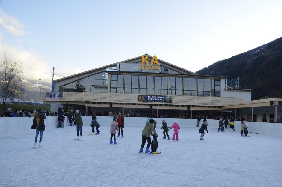 Dank großer Glaselemente kann man von außen sehen, dass im KaBooom sportliche Action herrscht. Die einstigen Tennisplätze sind im Winter ein Eislaufplatz, im Sommer ein Funcourt.