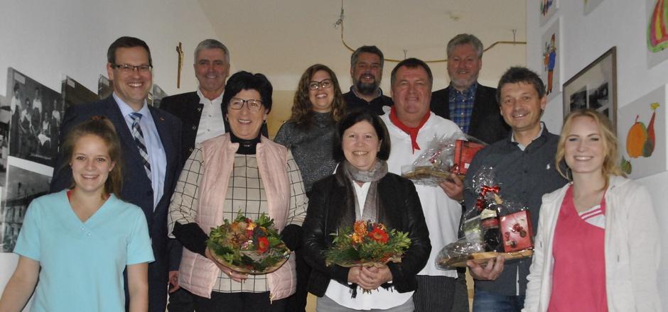 BM Ernst Huber (hinten links) und der Gemeindevorstand bedankten sich bei den Mitarbeitern des Wohn- und Pflegeheims.