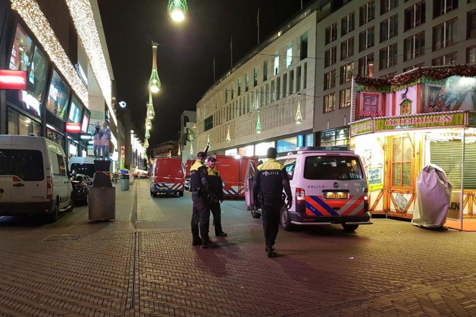 Mehrere Krankenwagen eilten zum Ort des Geschehens in einer Geschäftsstraße von Den Haag, dem Regierungssitz der Niederlande.