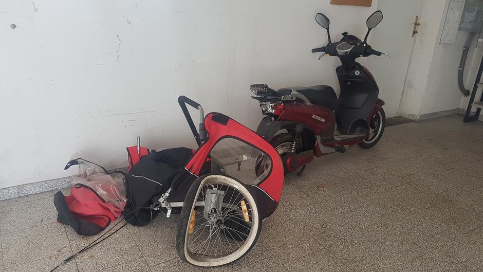 In diesem Fahrradanhänger waren zwei Kinder unterwegs, die im August bei einem Unfall nahe Wien ums Leben gekommen sind.