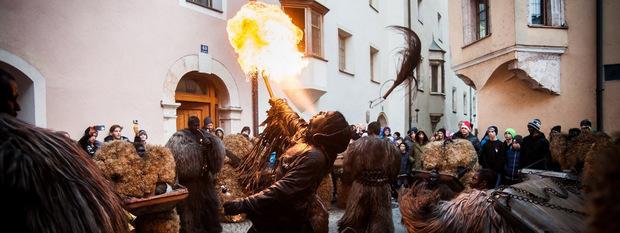 Feuerspucker beim Perchtenlauf in Rattenberg.