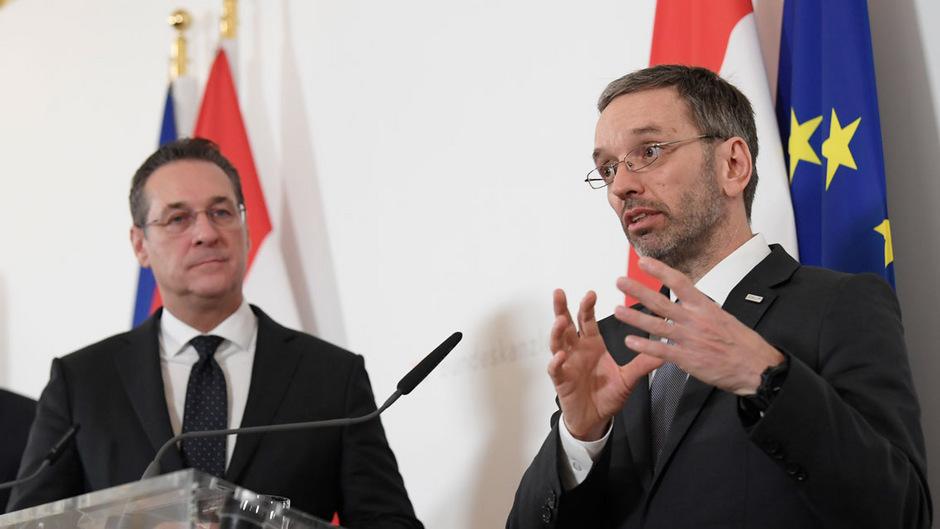 Herbert Kickl (FPÖ) damals noch als Innenminister neben Ex-Vizekanzler Heinz-Christian Strache. (Archivaufnahme)