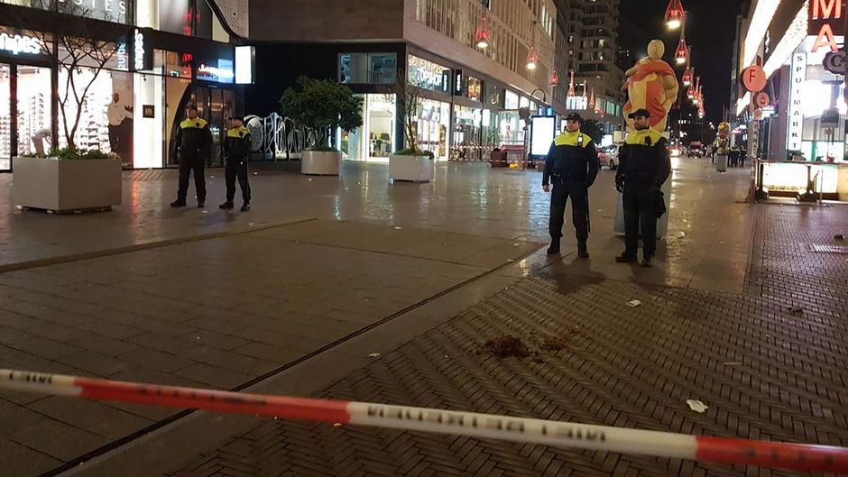 Polizisten nahe des Tatorts in Den Haag.