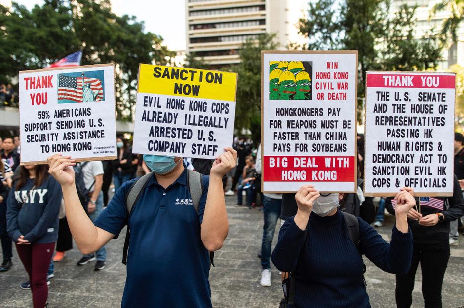 Die Aktivisten marschieren zum US-Konsulat. Damit will die Protestbewegung ein Zeichen des Dankes für die vom US-Kongress beschlossenen Gesetze zur Unterstützung der Hongkonger Demokratiebewegung senden.