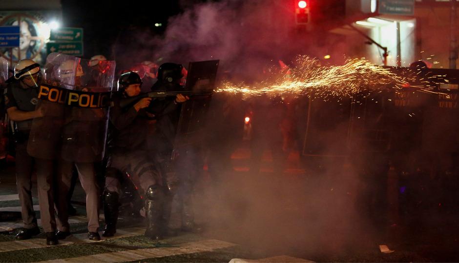 Polizisten sollen die Massenpanik verursacht haben, klagen Anwohner an.