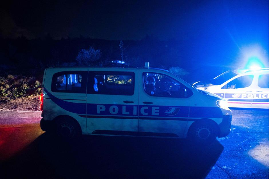 Polizisten suchten am Wochenende nach einem Flutopfer. Nahe Marseille stürzten Helfer während eines Rettungseinsatzes in den Tod.