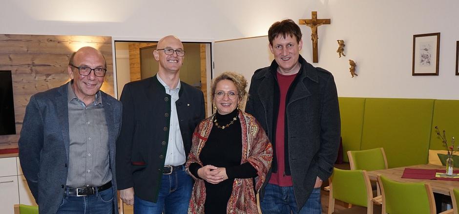 """In der """"Rosannastuba"""": die Bürgermeister Harald Sieß und Roland Wechner mit Kathrin Hörschläger sowie Projektleiter Harald Pohl (v.l.)."""