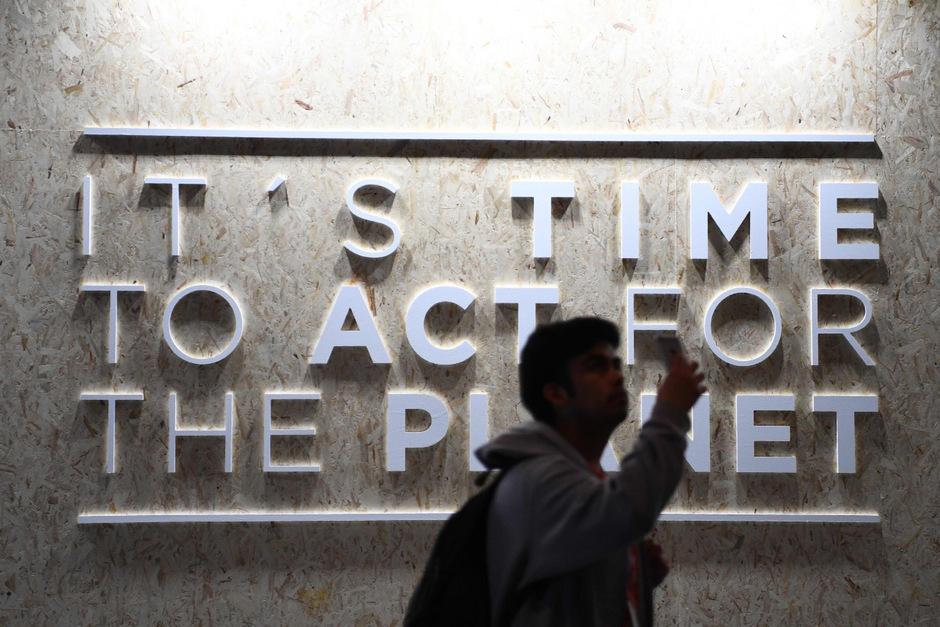 """""""Es ist Zeit, für den Planeten zu handeln"""" steht auf einem Stück einer Ausstellung in Madrid. Dort findet die Klimakonferenz statt."""