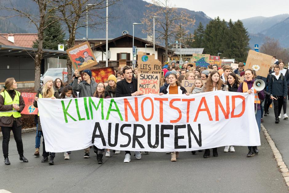 Nach einer Einstiegsrede am Dorfplatz zogen die Demonstranten über den Neubauweg und die Kaiserstraße zum Gemeindeamt.