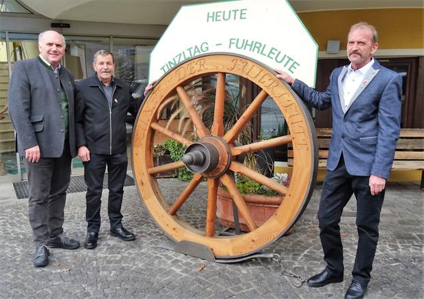 Das Rad als Symbol der Fuhrleute mit Zunftwirt Hannes Staggl und den Zunftmeistern Ander Thurner und Robert Mayr (v.l.).