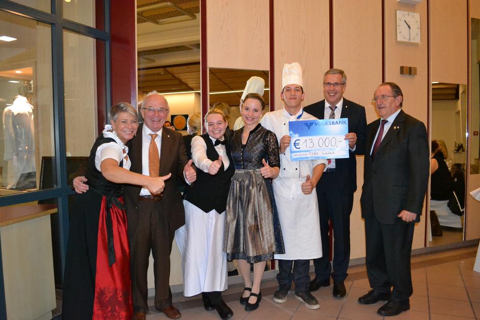 Scheckübergabe beim Gala-Abend in der Landecker TFBS: Martina Bombardelli, Hans Georg Kreuzer, Lehrlinge sowie Günther Schwazer und Wilfried Schennach (v.l.) freuten sich über den Spendenerfolg.