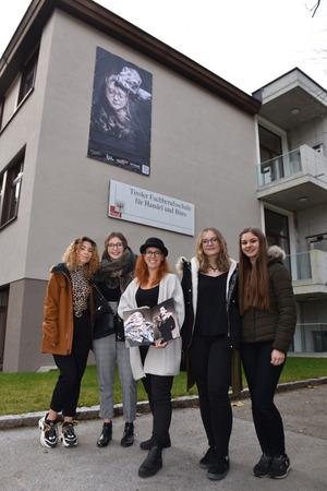 Fotografin Katja Zanella Kux (Mitte) kreierte mit den Lehrlingen und Schülerinnen der Schwazer Berufsschule Vanesa Luncan, Carina Rieder, Leonie Agerer und Katharina Amrainer (v.l.) eindrucksvolle Bilder.