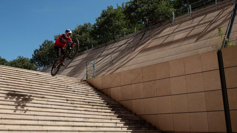 """Fabio Wibmer streicht mit """"Urban Freeride Lives 3"""" die berüchtigten """"25 Stairs"""" in Lyon von seiner Bucket List, ein 4,5 Meter hohes und 6,7 Meter langes Treppenset, das vor allem in der Skateboard- und Actionsports-Szene Berühmtheit genießt."""