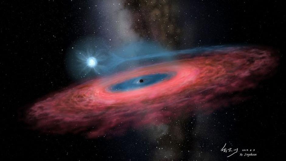 Das Schwarze Loch LB-1 hat einen Begleitstern, der achtmal so massereich ist wie unsere Sonne - hier strahlt der Stern mit blauem Licht. (Computergrafik)