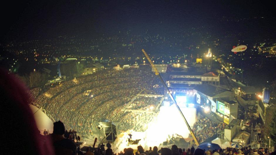 Am 4. Dezember 1999 war die Bergisel-Arena prächtig gefüllt. Über die tatsächliche Zuschauerzahl scheiden sich bis heute die Geister.