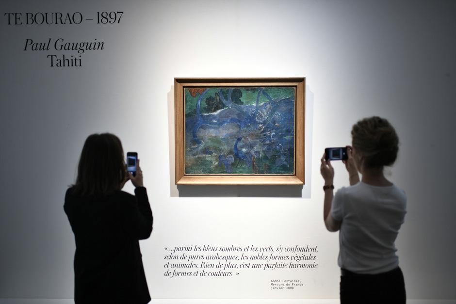 "Frauen fotografieren das Gemälde ""Te Bourao"" von Paul Gauguin."