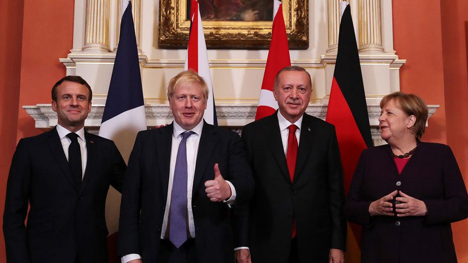 Lächeln für die Kameras: Frankreichs Präsident Emmanuel Macron, der britische Premierminister Boris Johnson, der türkische Präsident Recep Tayyip Erdogan und Deutschlands Kanzlerin Angela Merkel (v.l.n.r.).