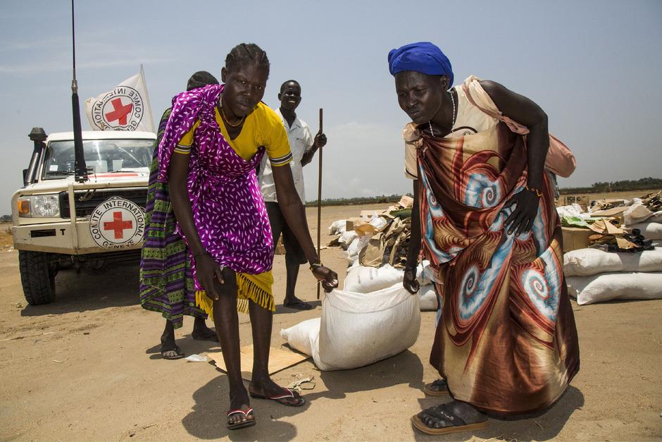 Frauen holen Hilfslieferungen ab, um ihre Familien ernähren zu können.
