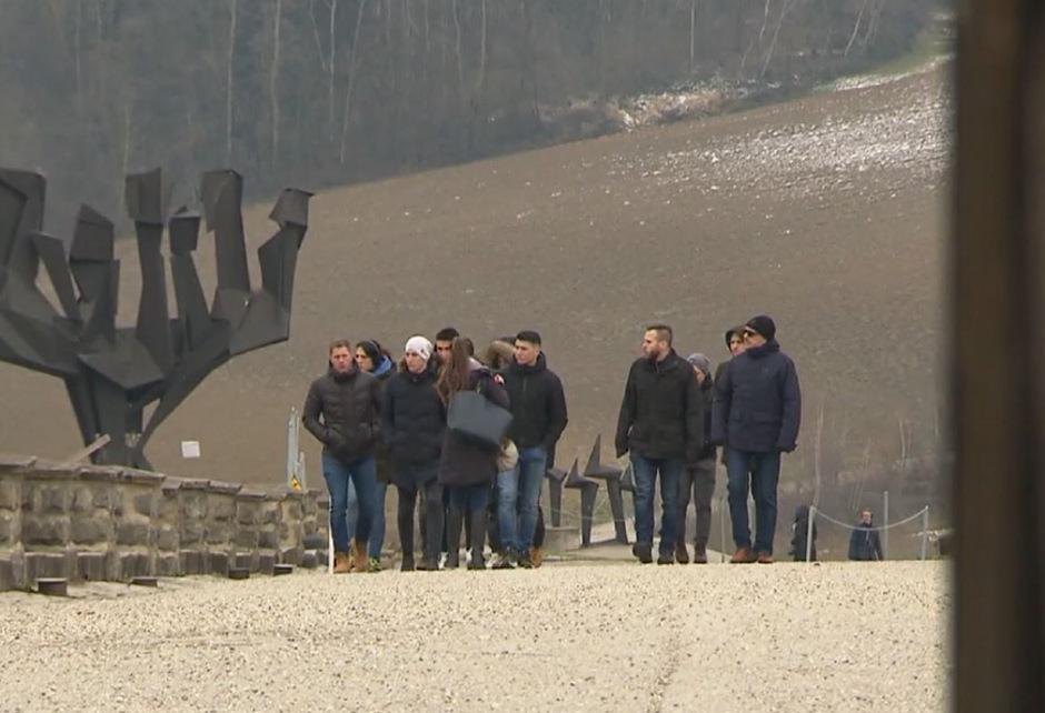 U00d6sterreichische Polizeisch U00fcler Besuchen KZ Denkst U00e4tte